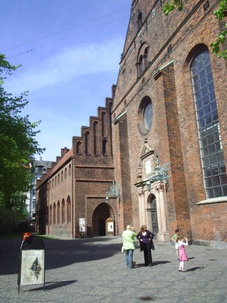 Helligåndskirken. Til venstre ligger vestfløjen fra Helligåndsklosteret stiftet i 1459. Bygningen bl.a. brugt til sygepleje. Nu udstillingsbygning.
